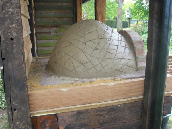 Simple but effective Clay Cob pizza oven- Lynsted 6