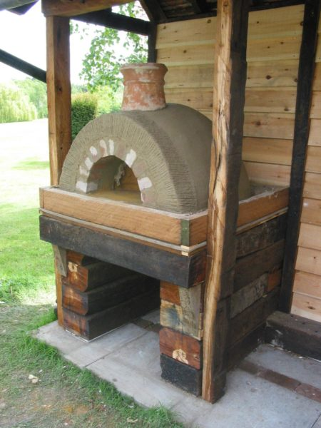 Simple but effective Clay Cob pizza oven- Lynsted 16