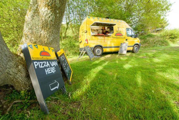 mobile catering, pizza on the go, wood-fired oven, pizza,